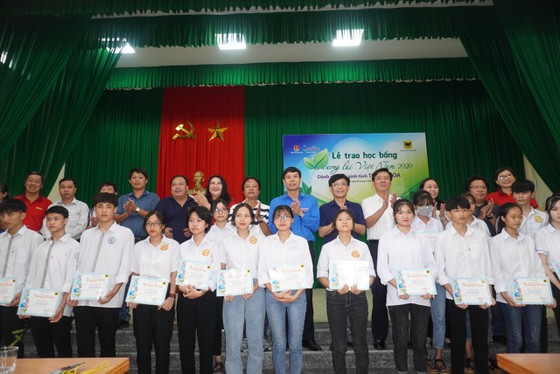 50 suất học bổng 'Vì tương lai Việt Nam' trao cho học sinh nghèo Thanh Hóa ảnh 1