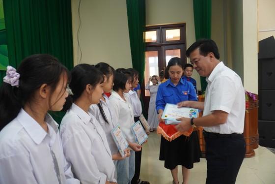 Ông Ngô Văn Đông (Tổng Giám đốc Cty CP phân bón Bình Điền) trao học bổng cho các học trò nghèo học giỏi ở tỉnh Thanh Hóa. Ảnh: PHÚC NGUYỄN