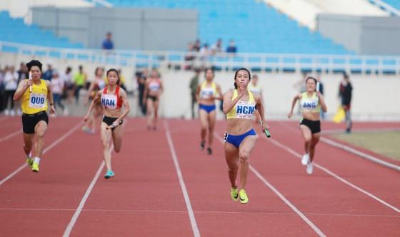 VĐV Lê Tú Chinh thi đấu ấn tượng giúp TPHCM giành 2 HCV ở các nội dung tiếp sức 4x100m nữ và 4x100m hỗn hợp. Ảnh: MINH HOÀNG