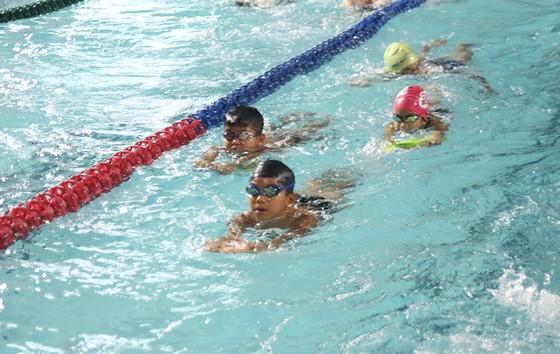 TPHCM sẽ phổ cập bơi lội và các kỹ năng phòng chống đuối nước cho trẻ em. Ảnh: NGUYỄN ANH