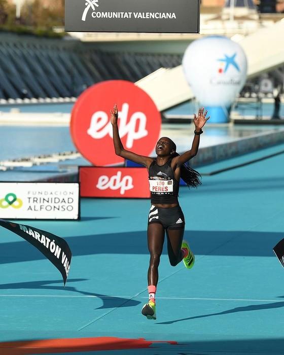 Kibiwott Kandie xuất sắc phá kỷ lục thế giới nội dung bán marathon ảnh 2