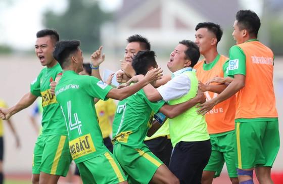 Thầy trò đội ĐH Nông Lâm hạnh phúc sau khi đoạt vé vào chung kết.
