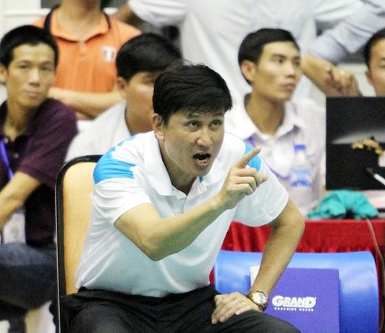 HLV Phạm Văn Long khá bức xúc trước cách điều hành chưa ổn của một số trọng tài.