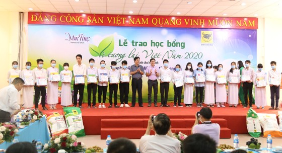 Trao học bổng Vì tương lai Việt Nam tại Nhà máy Phân  bón Bình Điền.