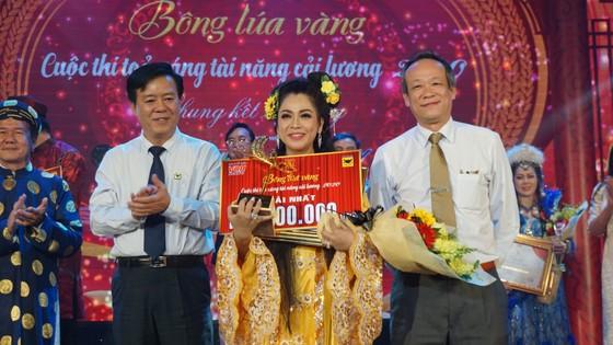 Ông Ngô Văn Đông (bìa trái), TGĐ Cty CPPB Bình Điền và ông Lê Công Đồng (bìa phải, Giám đốc VOH) trao giải nhất cho giọng ca Hàn Ni.