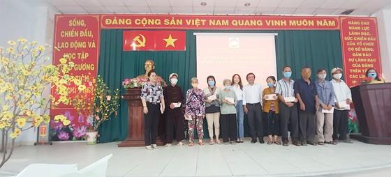 Những nhà tổ chức trao quà tại huyện Hóc Môn (TPHCM).