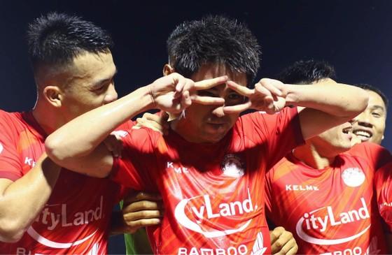 Niềm vui của Lee Nguyễn sau bàn thắng quyết định vào cuối trận. Ảnh: DŨNG PHƯƠNG