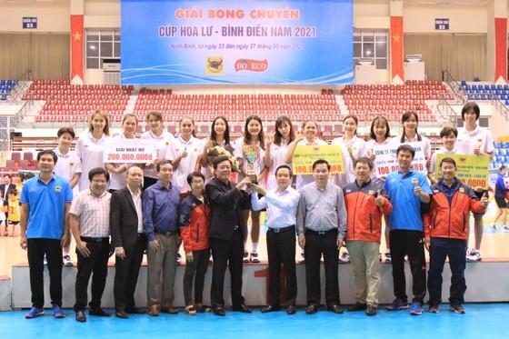 Ông Ngô Văn Đông (TGĐ Công ty CPPB Bình Điền) và lãnh đạo tỉnh NInh Bình trao Cúp vô địch cho CLB VTV Bình Điền Long An.