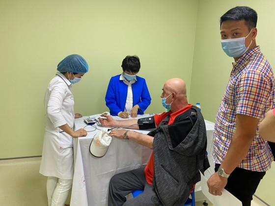 Các chuyên gia và tuyển thủ đầu tiên của thể thao Việt Nam được tiêm vaccine phòng Covid-19. Ảnh MINH CHIẾN