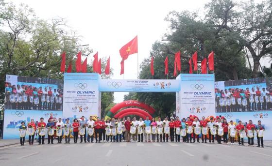 Hơn 2.000 người tham gia Ngày chạy Olympic tại hồ Hoàn Kiếm ảnh 1