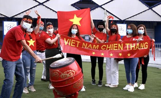 Cổ động viên Việt Nam đến sân Al-Marktoum cổ vũ đội tuyển ảnh 4