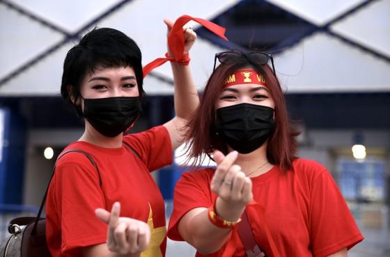 Cổ động viên Việt Nam đến sân Al-Marktoum cổ vũ đội tuyển ảnh 2