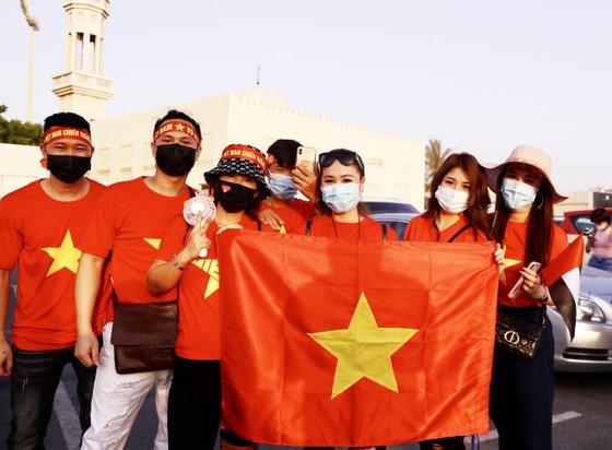 Cổ động viên Việt Nam hâm nóng bầu không khí trước trận gặp UAE ảnh 2