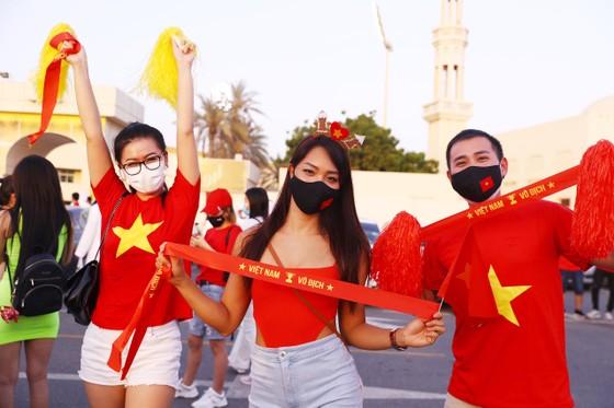 Cổ động viên Việt Nam hâm nóng bầu không khí trước trận gặp UAE ảnh 1