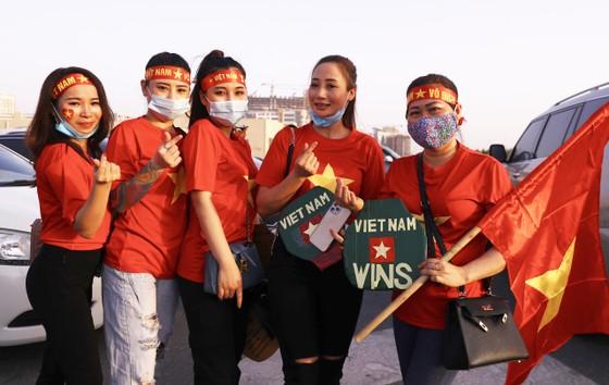 Cổ động viên Việt Nam hâm nóng bầu không khí trước trận gặp UAE ảnh 3