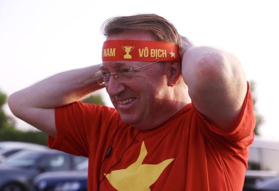 Cổ động viên Việt Nam hâm nóng bầu không khí trước trận gặp UAE ảnh 4