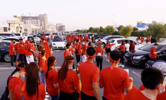 Cổ động viên Việt Nam hâm nóng bầu không khí trước trận gặp UAE ảnh 5