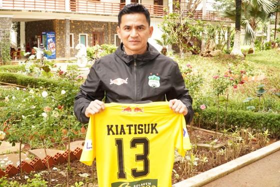 HLV Kiatisuk bán đấi giá áo đấu để ủng hộ Bệnh viện Đại học Y Dược TPHCM. Ảnh: CLB HAGL