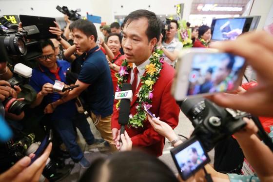 Truyền thông Việt Nam chào đón người hùng Hoàng Xuân Vinh trở về từ Olympic 2016. Tác giải: HẢI ĐĂNG