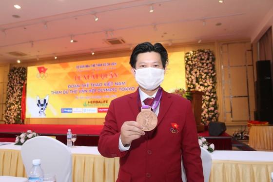 Lực sĩ Trần Lê Quốc Toàn: 'Huy chương tới muộn nhưng rất quý giá' ảnh 1