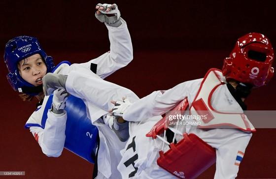 Kim Tuyền (trái) không thể vượt qua đối thủ Thái Lan. Ảnh: Getty Images