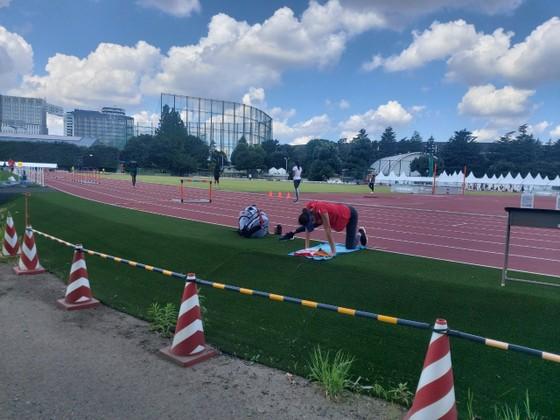 Quách Thị Lan được vào sân tập điền kinh Olympic ảnh 1