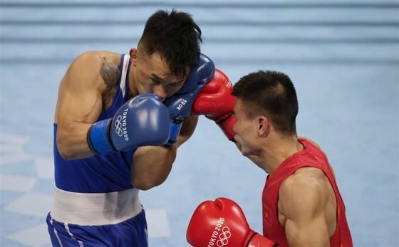Nguyễn Văn Đương (phải) không thể tạo bất ngờ trước đối thủ Erdenebat Tsendbaatar. Ảnh: REUTERS