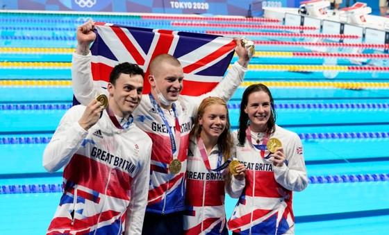 Tổ tiếp sức hỗn hợp của Vương quốc Anh phá kỷ lục thế giới ở nội dung 4x100m hỗn hợp.