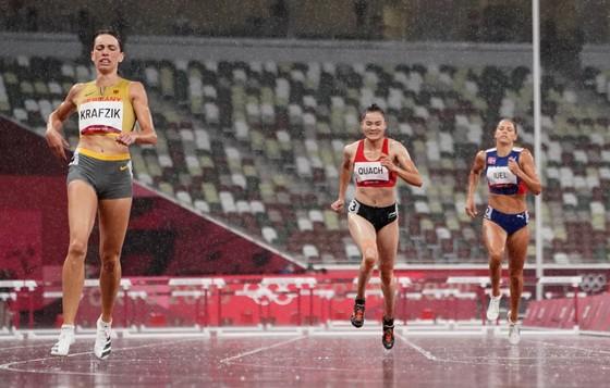 Quách Thị Lan (giữa) chỉ về đích thứ 6 trong 8 VĐV tranh tài vòng loại 400m rào nữ. Ảnh: REUTERS