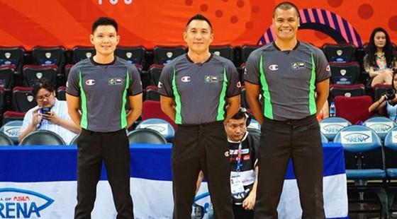 Trọng tài Triệu Chí Thành (trái) đạt chuẩn FIBA giai đoạn 2021-2023.