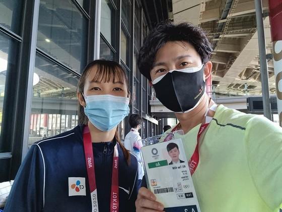 Chuyên gia Kim Kil-tae và võ sĩ Trương Thị Kim Tuyền. Ảnh: T.S