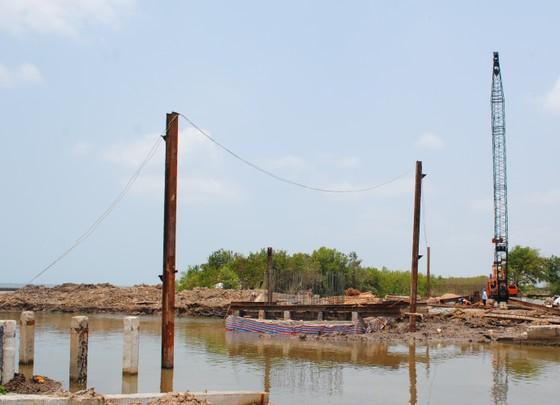Cà Mau: Ngư dân lo lắng cầu bắt qua cửa biển Sào Lưới thấp ảnh 1