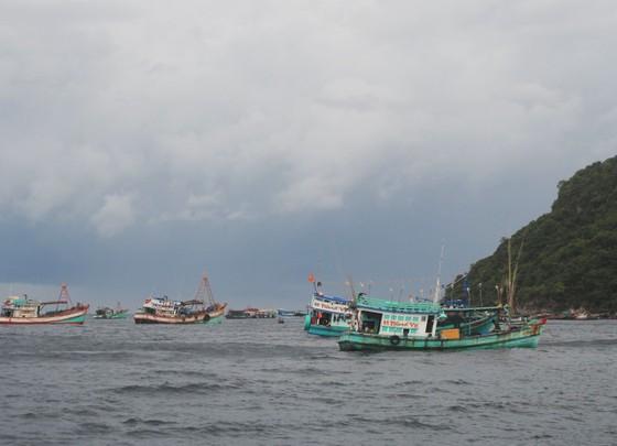 Sóng to gió lớn, cản trở cứu hộ tại Hòn Chuối, Cà Mau ảnh 1
