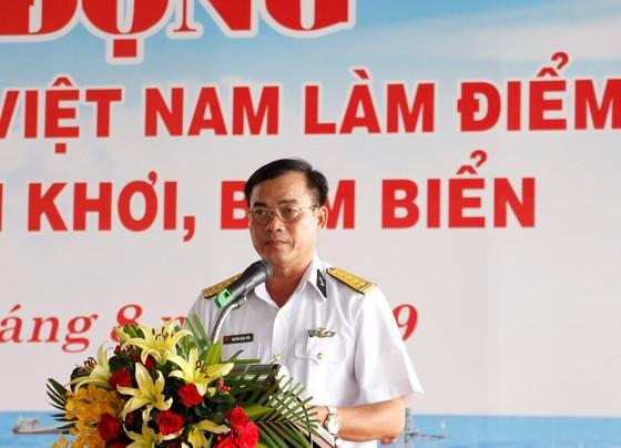 Chương trình Hải quân Việt Nam làm điểm tựa cho ngư dân vươn khơi, bám biển đến với ngư dân Cà Mau ảnh 1