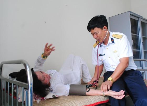 Chương trình Hải quân Việt Nam làm điểm tựa cho ngư dân vươn khơi, bám biển đến với ngư dân Cà Mau ảnh 2