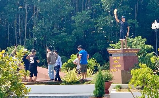 Hỗ trợ du khách chụp hình phản cảm trên cột mốc Tọa độ quốc gia, hướng dẫn viên bị kỷ luật ảnh 1