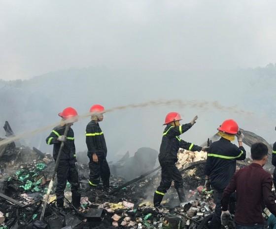 Cháy lớn thiêu rụi 12 căn nhà, bé gái 14 tuổi tử vong ảnh 1