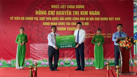 Chủ tịch Quốc hội Nguyễn Thị Kim Ngân thăm và tặng quà cho học sinh ở Cà Mau ảnh 1