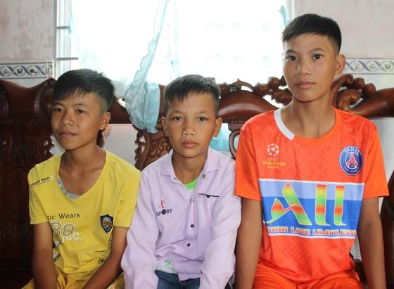 Ba học sinh đạp xe đạp hơn 400km từ Cà Mau đến TPHCM thăm cha mẹ ảnh 2