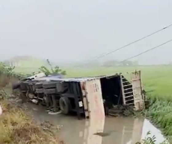 Xe tải đâm xe khách văng xuống ruộng, 1 người chết, 7 người bị thương ảnh 1