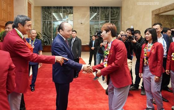 Thủ tướng Nguyễn Xuân Phúc đón các thành viên Đội tuyển bóng đá nữ. Ảnh: VGP