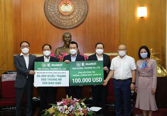 HLV Park Hang-seo lần thứ 2 đến Mặt trận ủng hộ Việt Nam phòng chống dịch Covid-19 ảnh 1