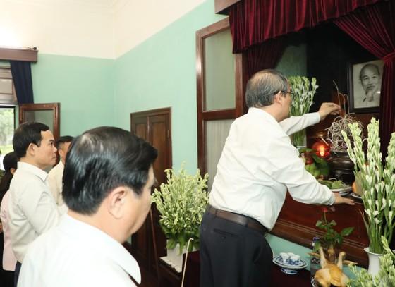 Ban Thường vụ Thành ủy TPHCM dâng hương tưởng niệm Chủ tịch Hồ Chí Minh ảnh 1