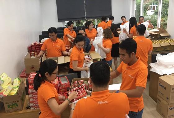 Trao tặng hàng ngàn phần quà cho trẻ em, người già neo đơn ảnh 1