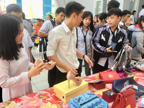 Hàng trăm học sinh tìm cách phân biệt hàng thật, hàng giả ảnh 1