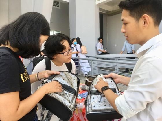 Hàng trăm học sinh tìm cách phân biệt hàng thật, hàng giả ảnh 2