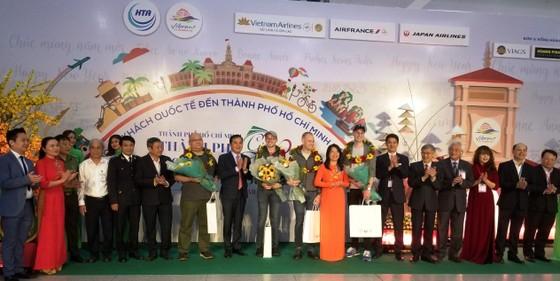 TPHCM đón những vị khách quốc tế đầu tiên 'xông đất' năm 2020 ảnh 1