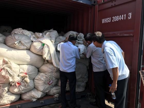 Phát hiện 3 container bọc nệm giả xuất xứ Việt Nam ảnh 1