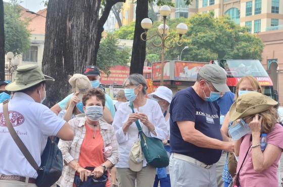 100.000 khẩu trang y tế được phát miễn phí cho du khách đến TPHCM ảnh 1