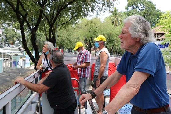 Đoàn khách Pháp 20 người tham quan TPHCM sau khi hoàn thành cách ly ảnh 2